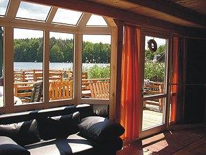 bootshaus in schwarz am schwarzer see ferienhaus in der mecklenburgischen seenplatte. Black Bedroom Furniture Sets. Home Design Ideas